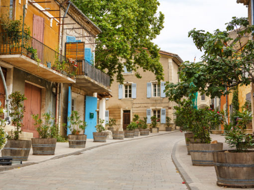 Provencal street with typical houses - Rue provençale et ses maison typiques